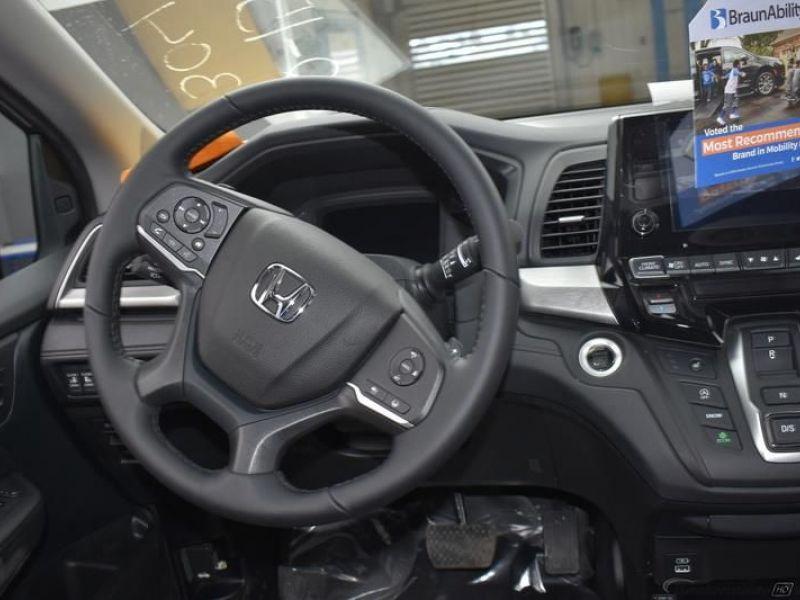 Gray Honda Odyssey image number 12