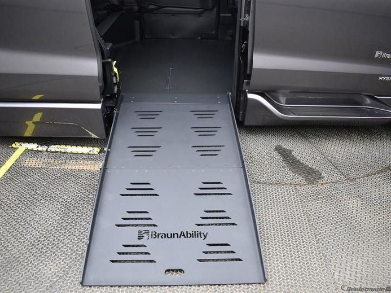 Gray Toyota Sienna image number 6