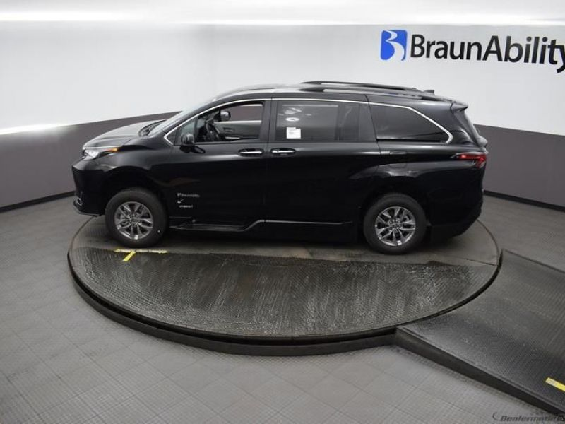Black Toyota Sienna image number 20