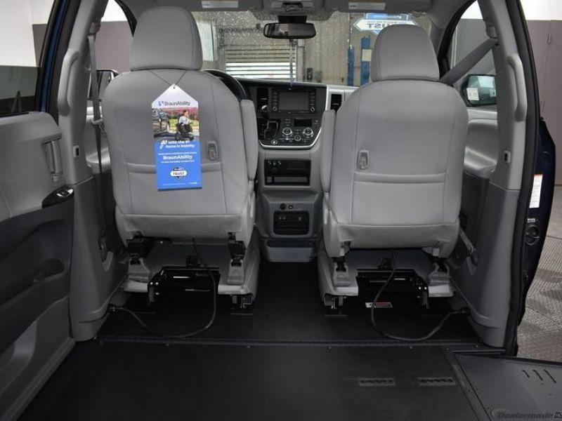 Blue Toyota Sienna image number 9