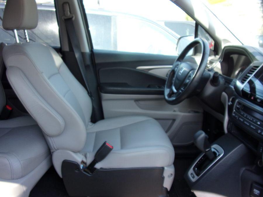 Gray Honda Pilot image number 1