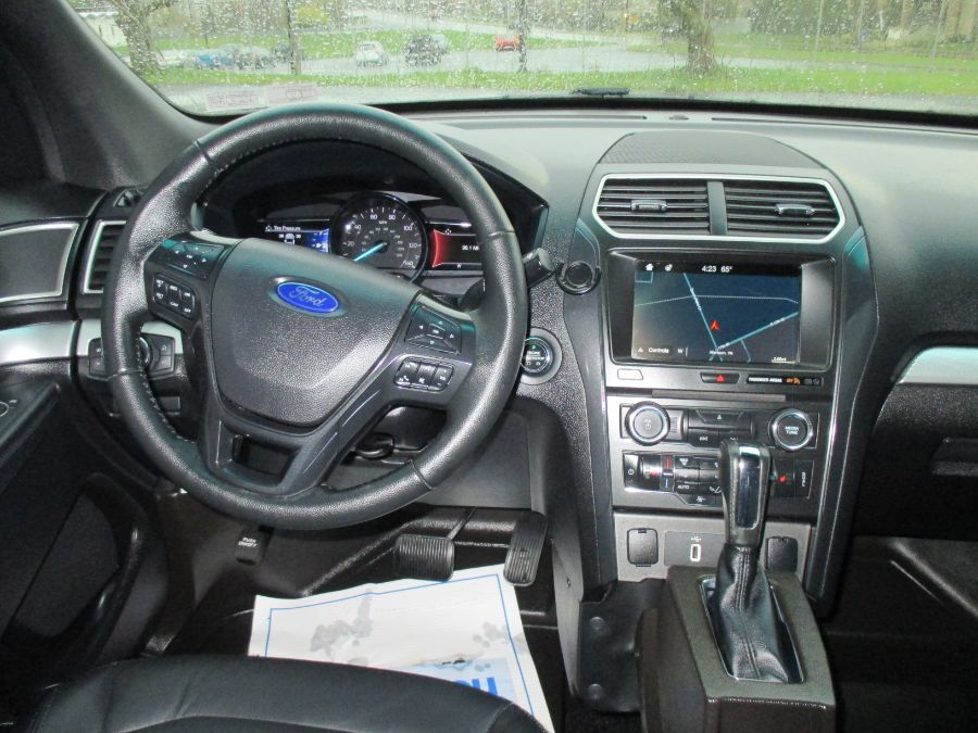 White Ford Explorer image number 21