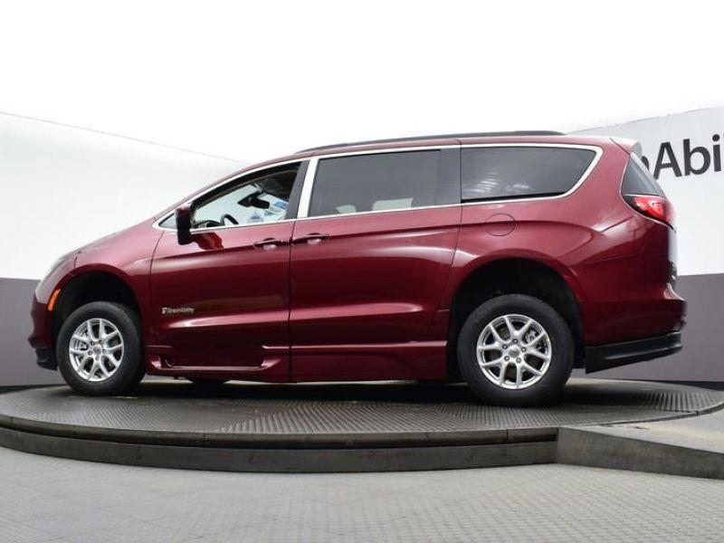 Red Chrysler Voyager image number 19