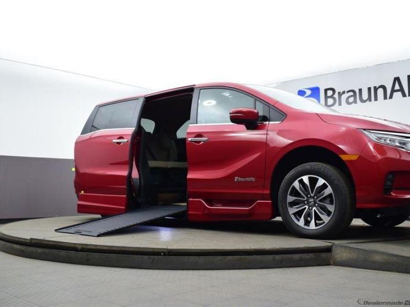 Red Honda Odyssey image number 15