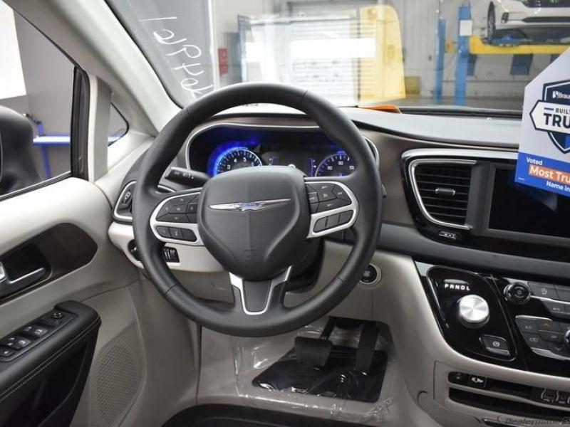Gray Chrysler Voyager image number 11