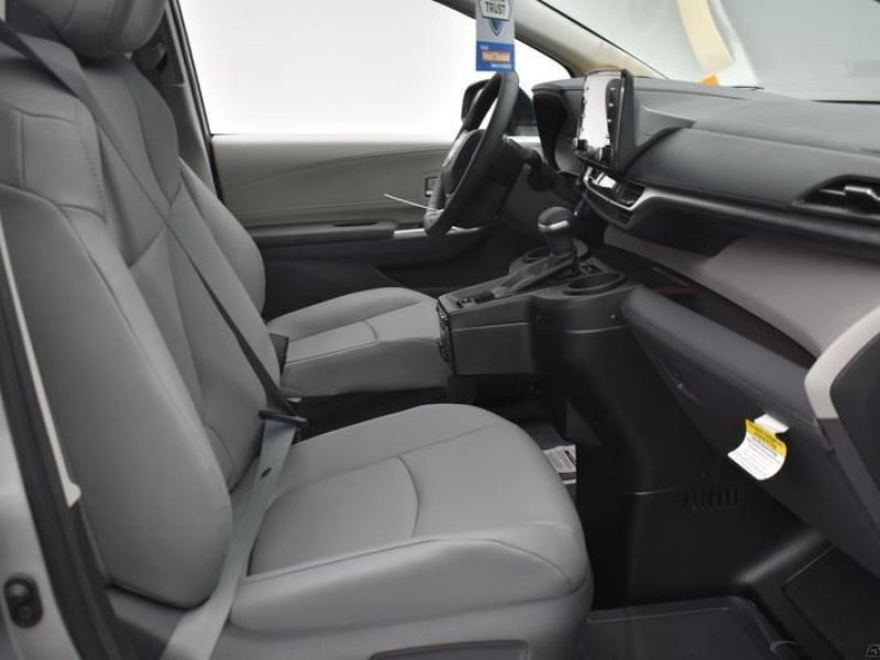 Silver Toyota Sienna image number 7