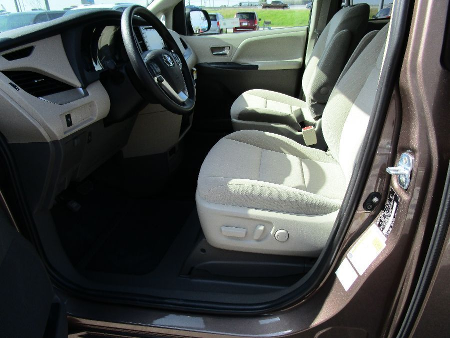 Brown Toyota Sienna image number 15