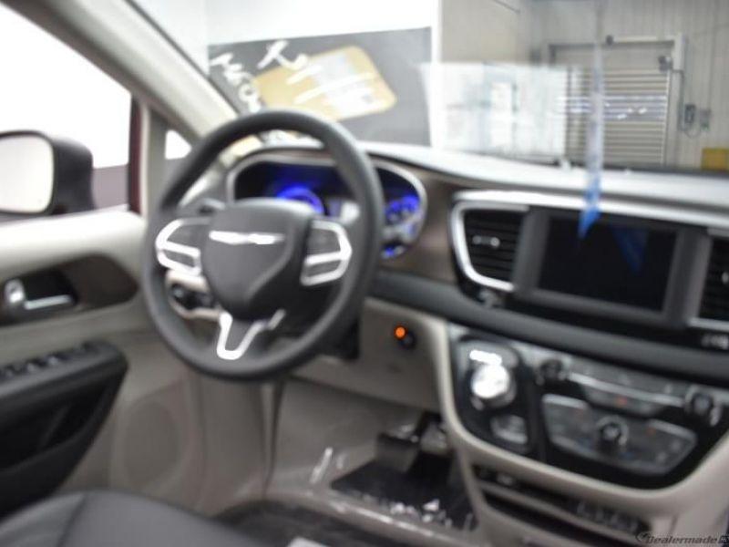 Red Chrysler Voyager image number 11