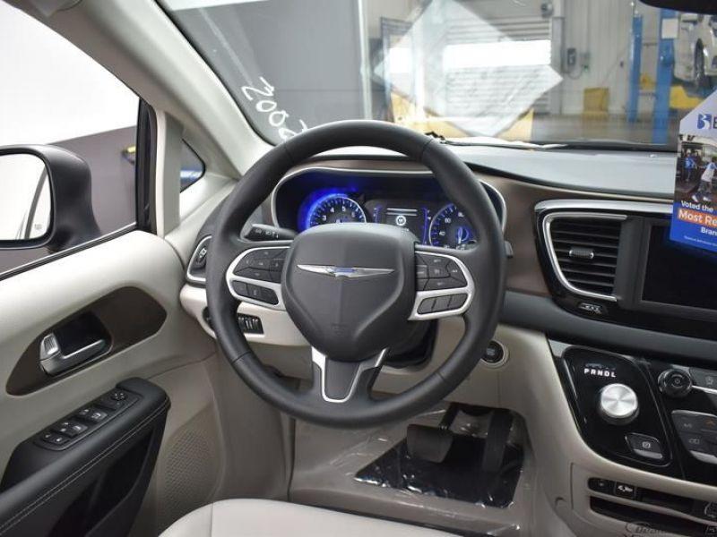 Black Chrysler Voyager image number 12