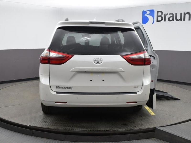 White Toyota Sienna image number 5