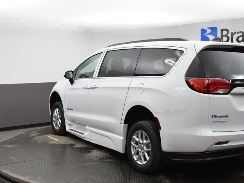 White Chrysler Voyager image number 4