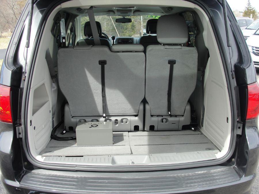 Gray Volkswagen Routan image number 17