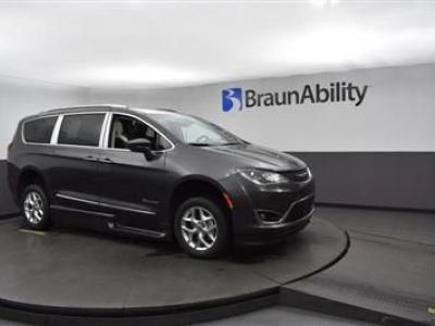 Gray Chrysler Pacifica image number 15