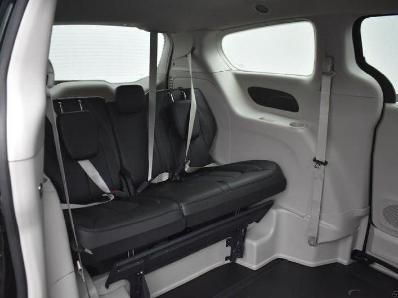 Black Chrysler Voyager image number 6