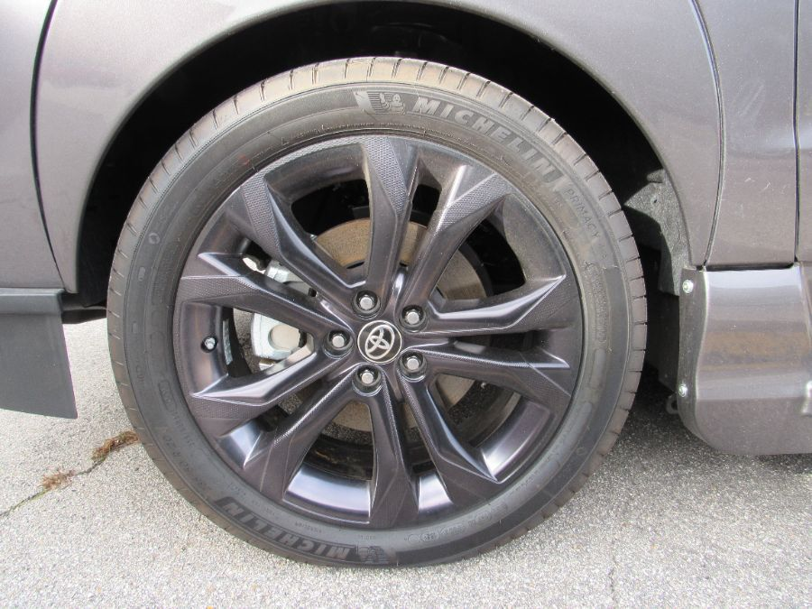 Gray Toyota Sienna image number 20