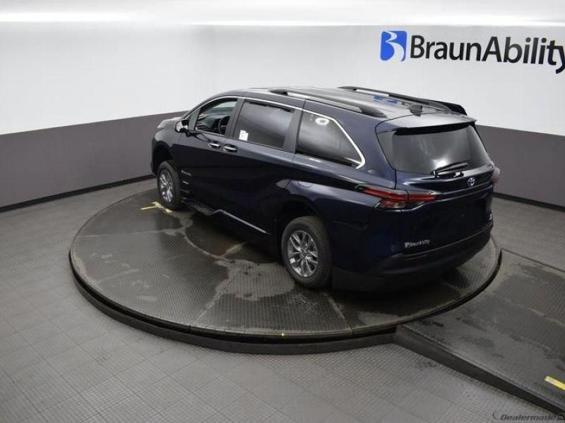 Blue Toyota Sienna image number 21