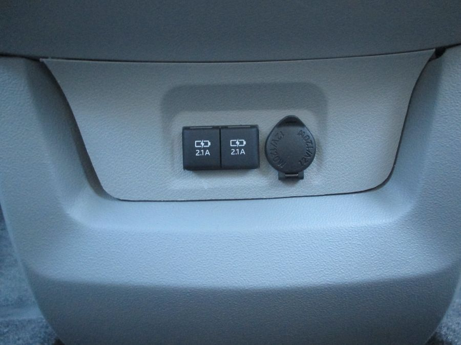 Silver Toyota Sienna image number 25