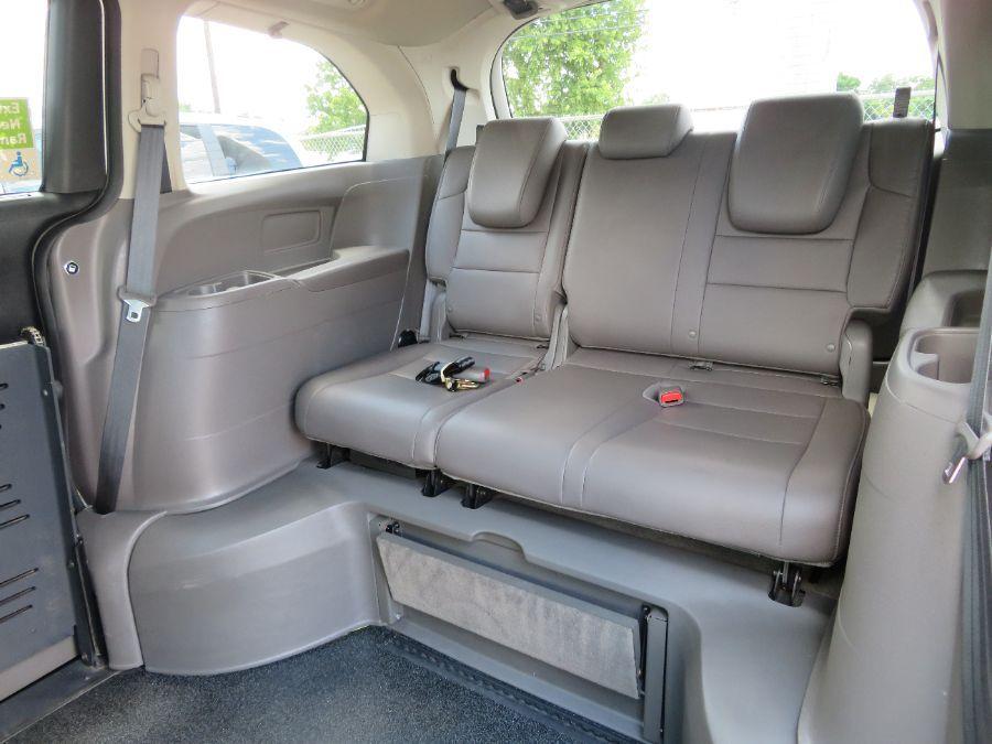 White Honda Odyssey image number 14