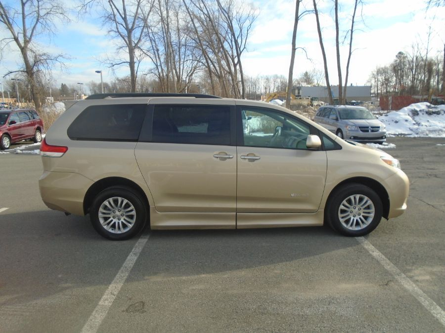 Gold Toyota Sienna image number 8