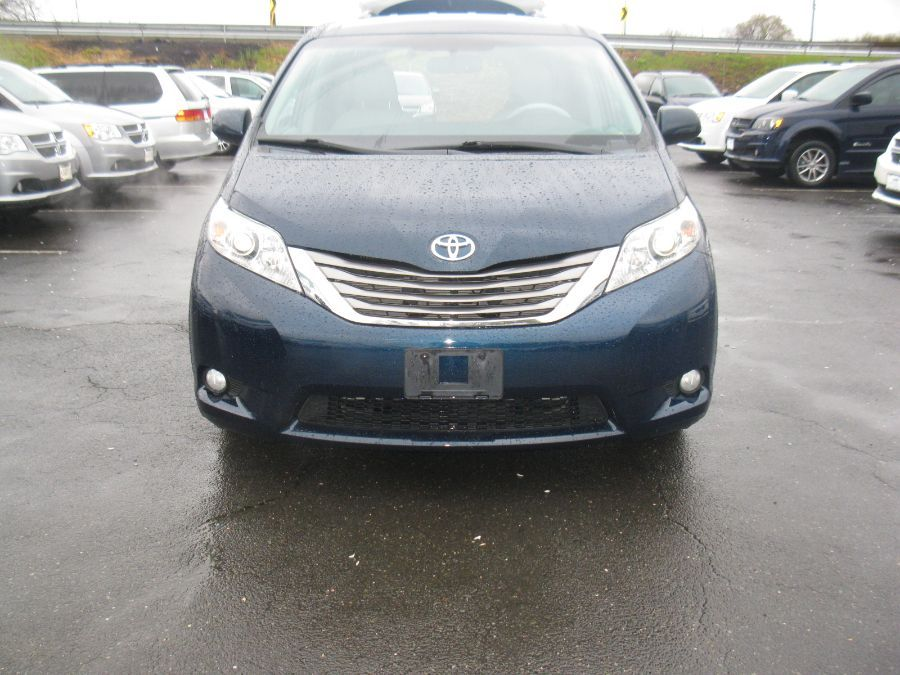 Blue Toyota Sienna image number 1