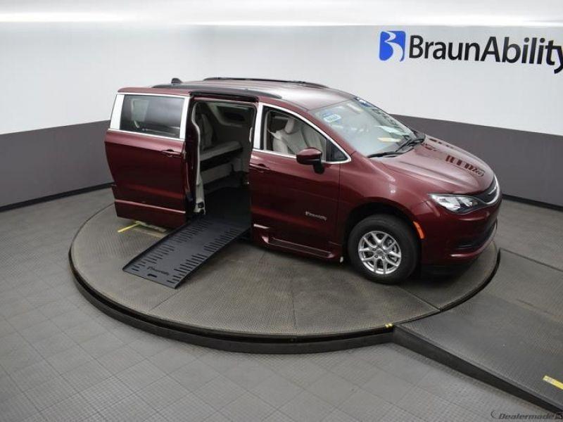 Red Chrysler Voyager image number 20