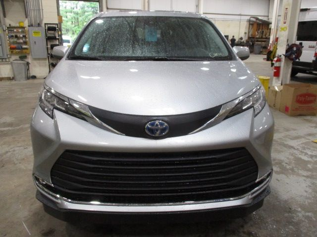 Silver Toyota Sienna image number 1