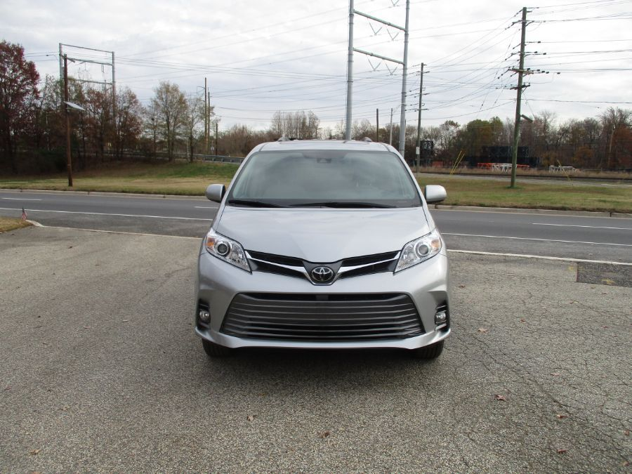 Silver Toyota Sienna image number 21