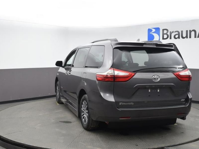 Gray Toyota Sienna image number 5