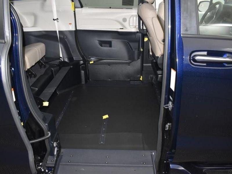 Blue Toyota Sienna image number 8