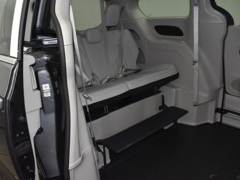 Gray Chrysler Voyager image number 9