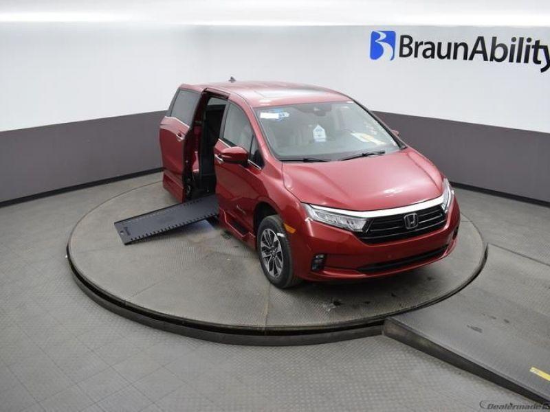 Red Honda Odyssey image number 18