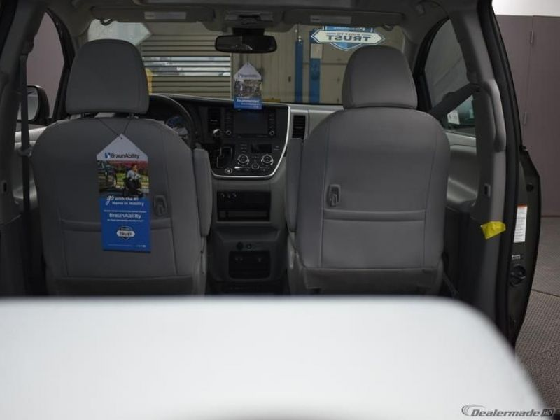 Green Toyota Sienna image number 9