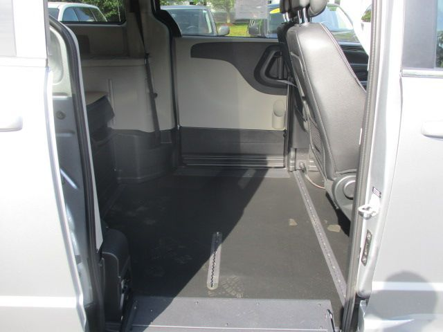 Silver Dodge Grand Caravan image number 18