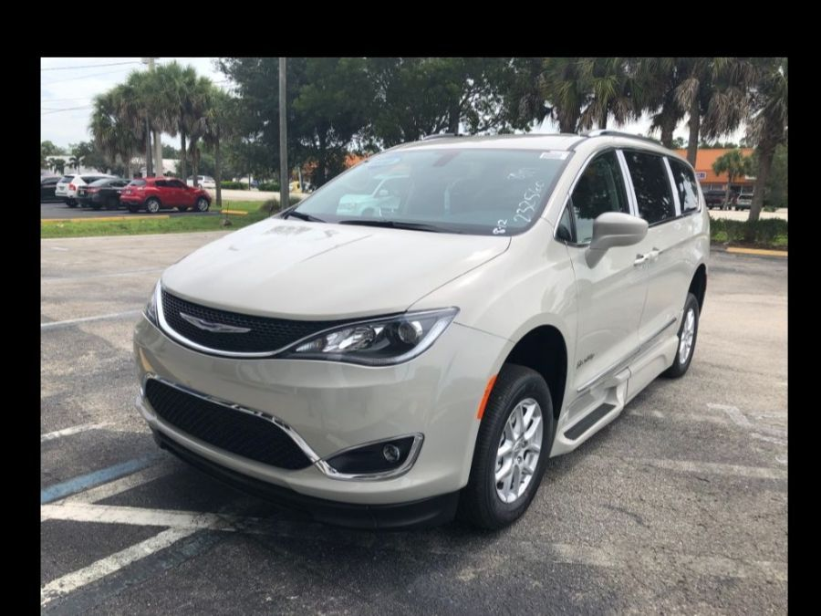 White Chrysler Pacifica image number 13