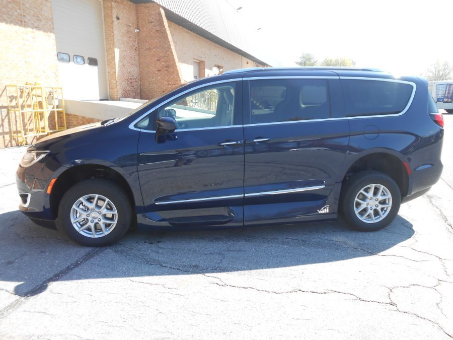 Blue Chrysler Pacifica image number 3