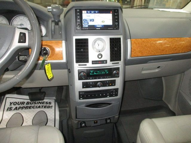 Chrysler Town and Country image number 16