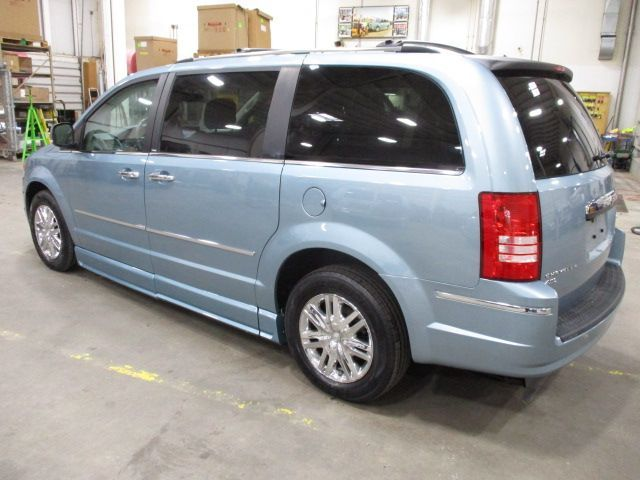 Chrysler Town and Country image number 4