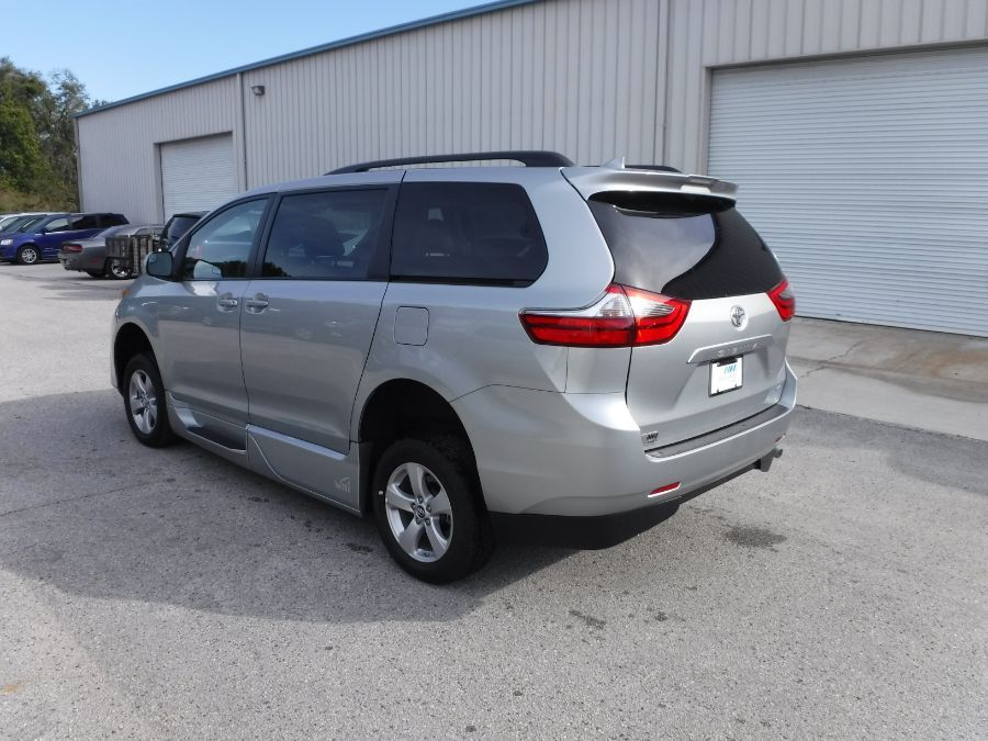 Silver Toyota Sienna image number 4