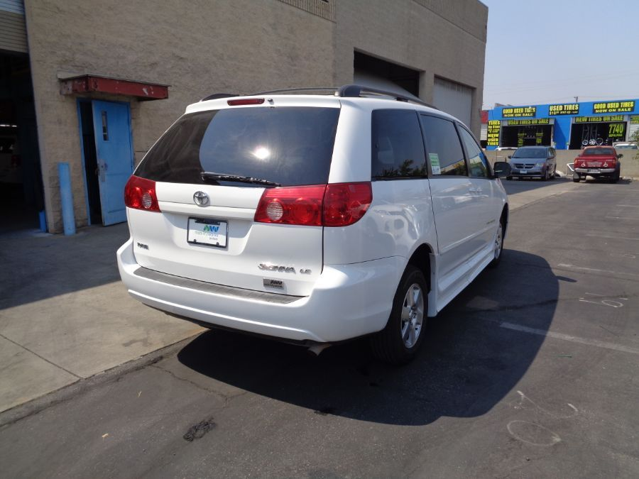 White Toyota Sienna image number 29