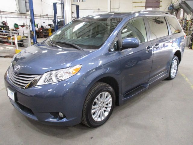 Blue Toyota Sienna image number 5