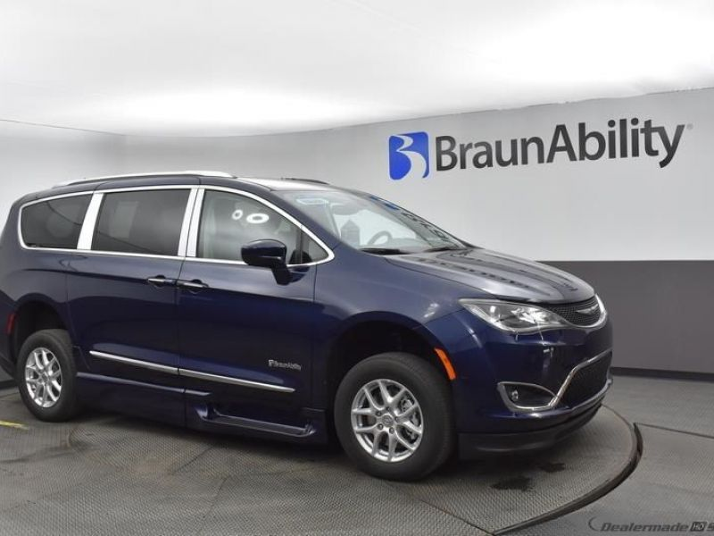 Blue Chrysler Pacifica image number 15