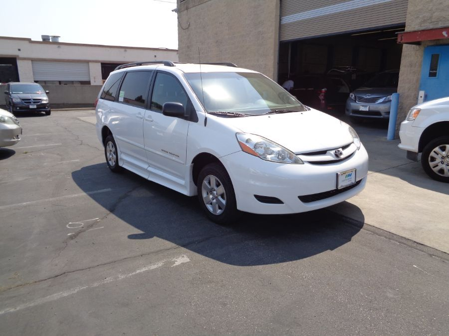 White Toyota Sienna image number 27
