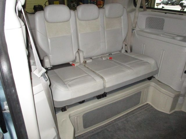 Chrysler Town and Country image number 10