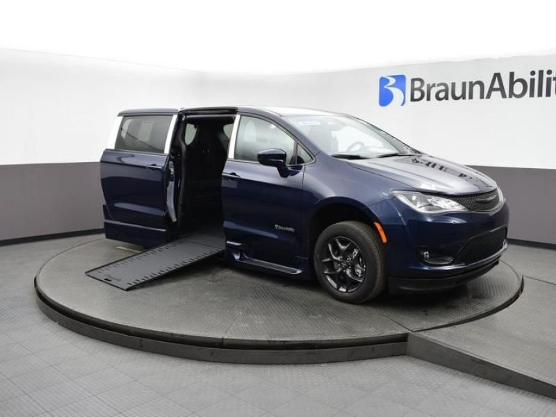 Blue Chrysler Pacifica image number 1