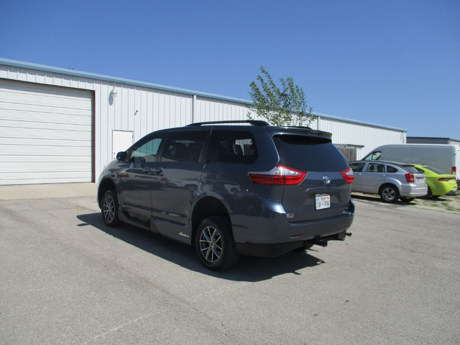 Blue Toyota Sienna image number 13