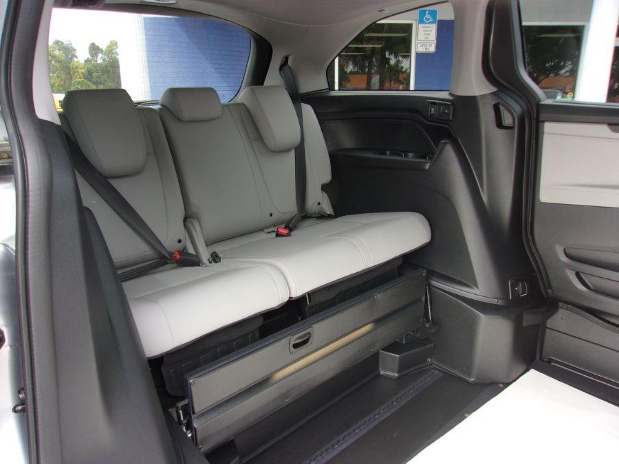 Silver Honda Odyssey image number 18