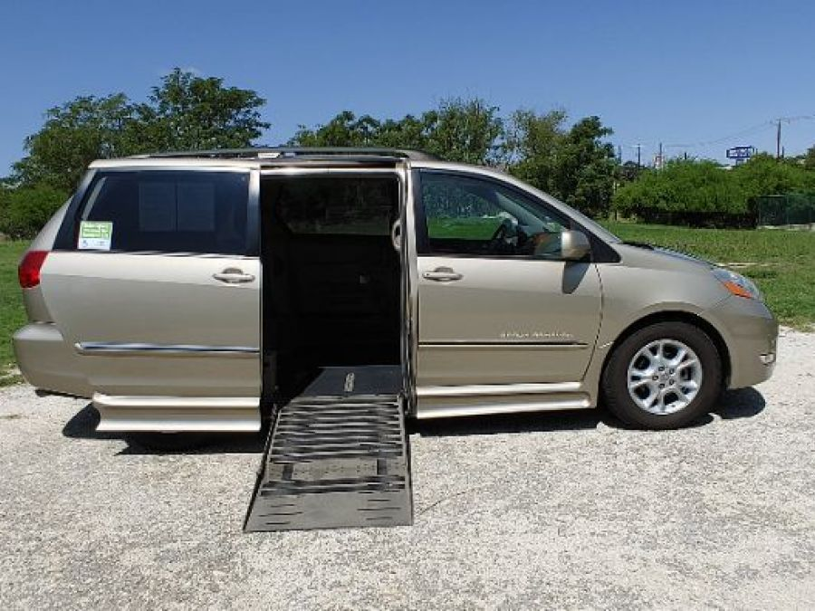 Gold Toyota Sienna image number 1