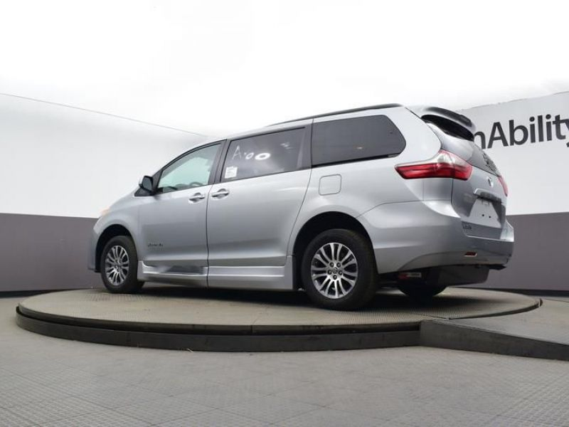 Silver Toyota Sienna image number 18
