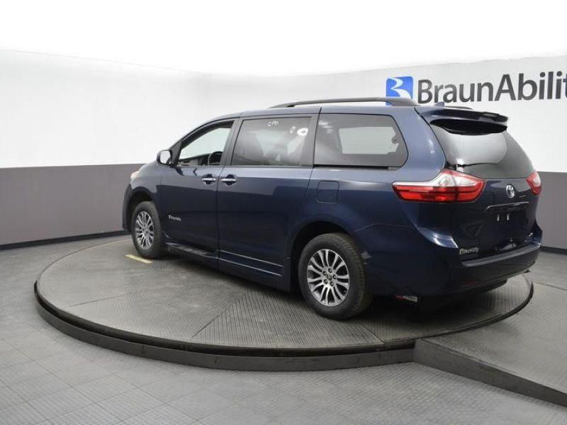 Blue Toyota Sienna image number 4