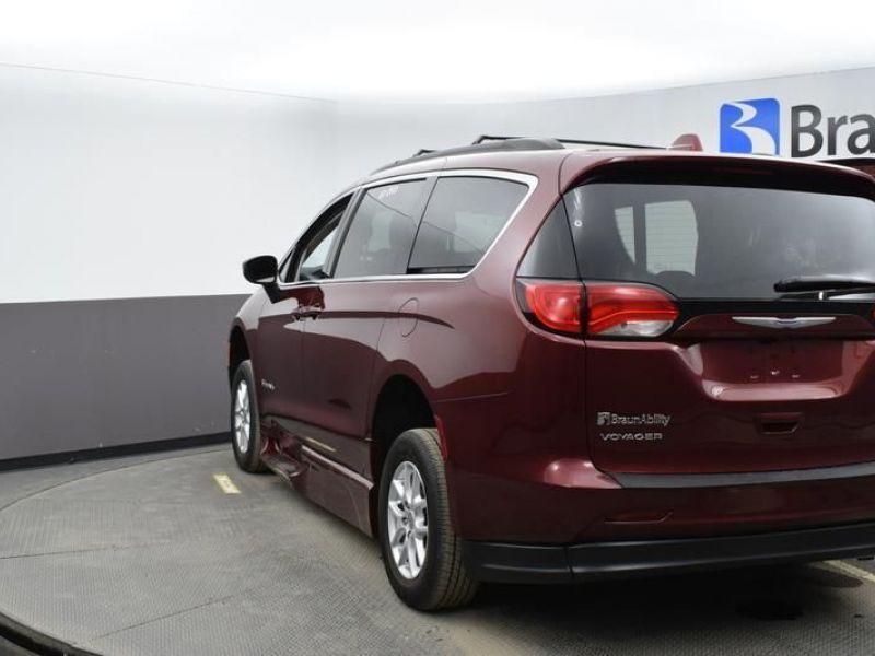 Red Chrysler Voyager image number 5